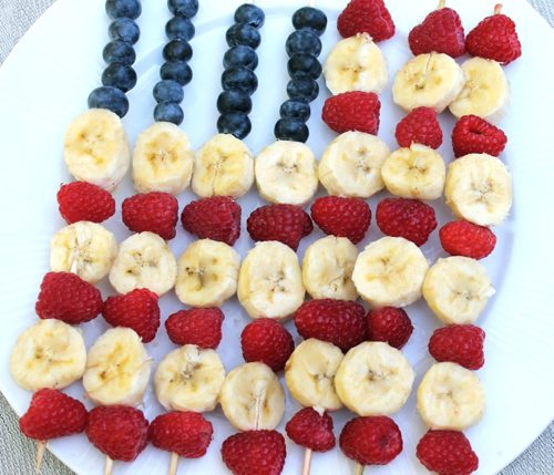 Cute-fun-healthy-4th-of-July-ideas-with-berries-bananas-and-skewer-sticks2